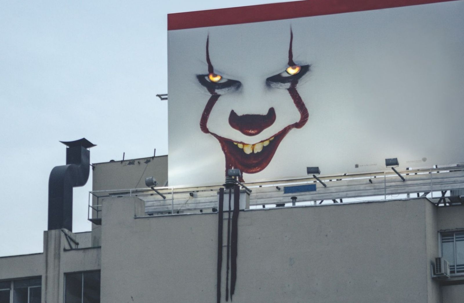 Billboard of Pennywise from IT 2 for Halloween 2019 in Santiago, Chile. (Foto: Luis Villasmil, Unsplash.com)