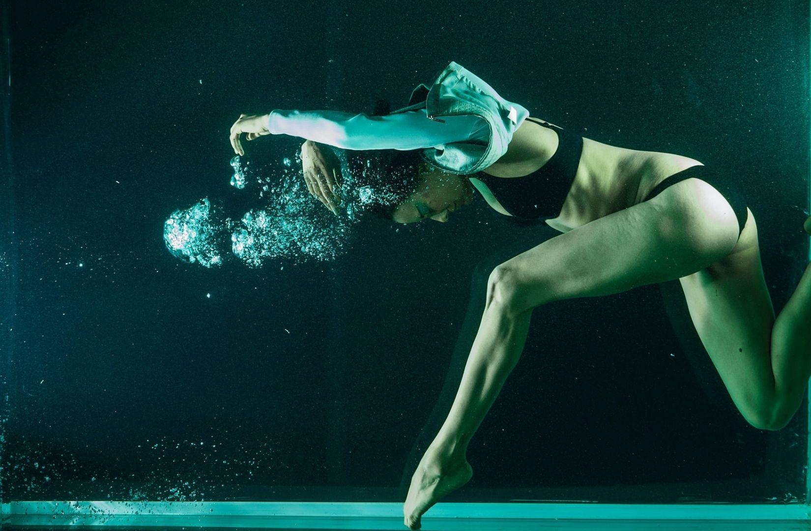 Das Fluten des Realen ausgedrückt durch eine Modenschau unter Wasser. (Foto: Engin Akyurt, Unsplash.com)