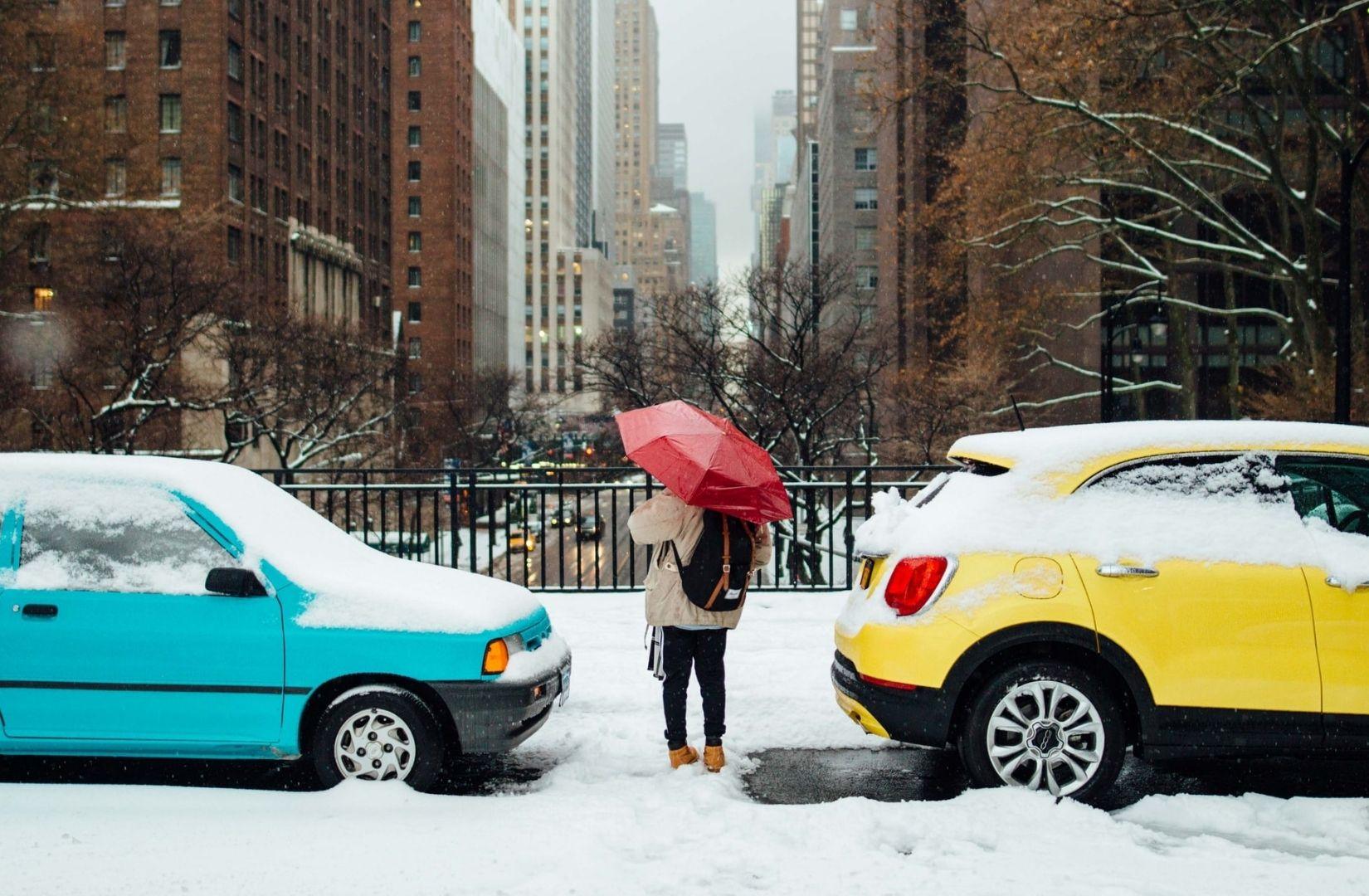 Gipfel sind kalt, Städte auch. Eine Frau mit Schirm im Winter auf einer Straße in New York. (Foto: Austin Scherbarth, Unsplash.com)