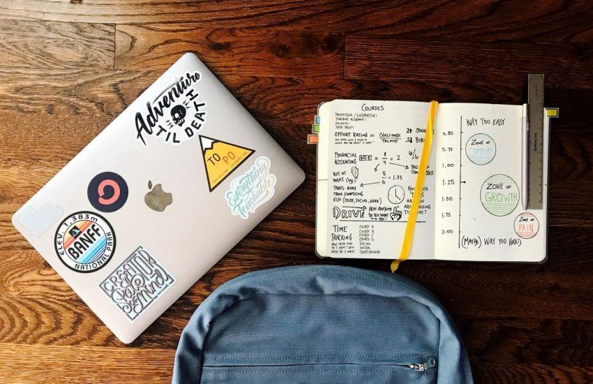 Laptop, Notizbuch und Rucksack ist die Ausrüstung einer modernen Schule. (Foto: Matt Ragland, Unsplash.com)