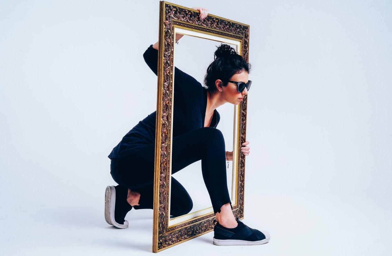 Symbolisch bis zum Grundeinkommen. Eine Frau geht durch einen Bilderrahmen. (Foto: Vinicius Amnx Amano, Unsplash.com)