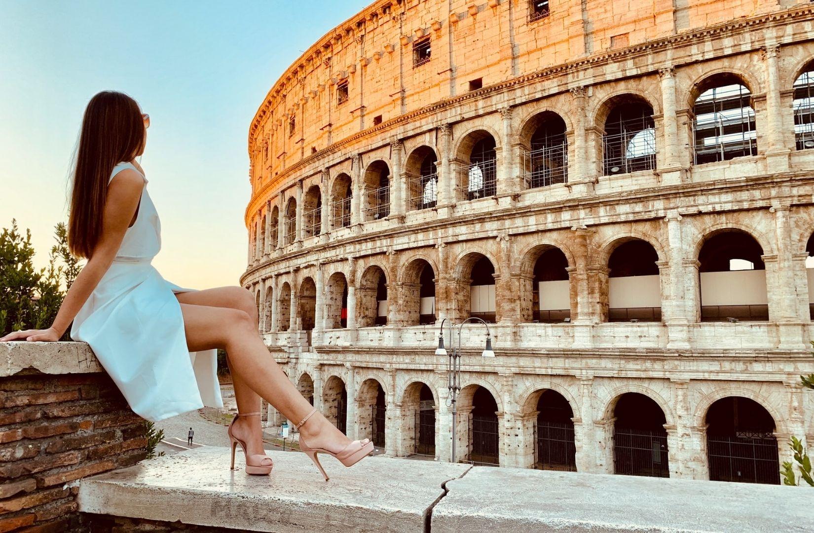 Eine Frau in Rom, wo Augustus als erster Kaiser regierte. (Foto Mike Swigunski, Unsplash.com)