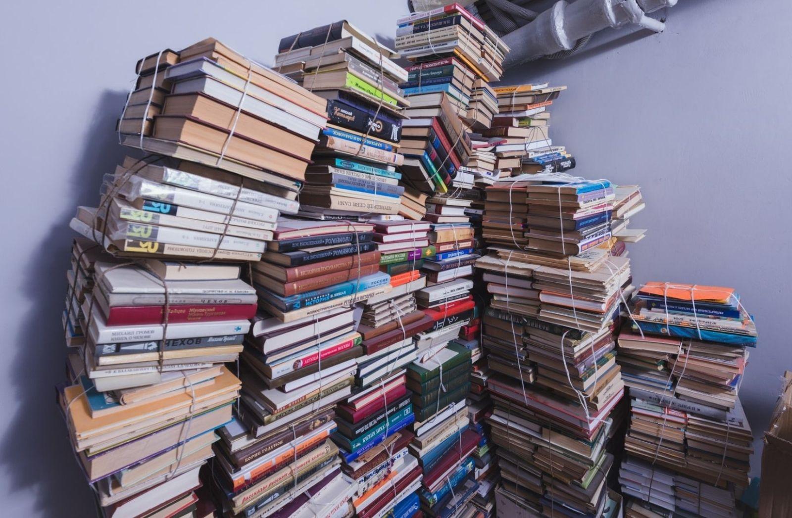 Bücher in einem Keller. (Foto: Artem Maltsev, Unsplash.com)