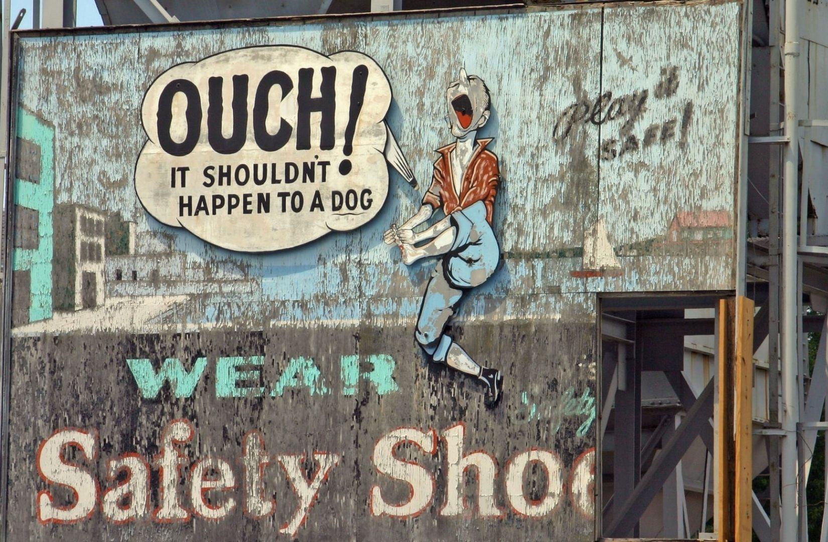Ohne Sichrheitsschuhe droht am Arbeitsplatz eine Katastrophe. Billboard im Hafen von Boston. (Foto: Ilse Orsel, Unsplash.com)