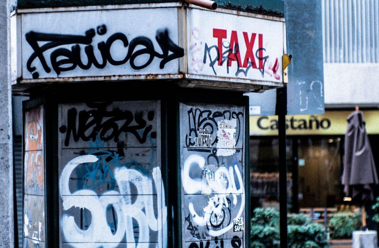Die Revolte in Chile hinterlässt Spuren auch an Telefonzellen. (Foto: Diego Marin, Unsplash.com)