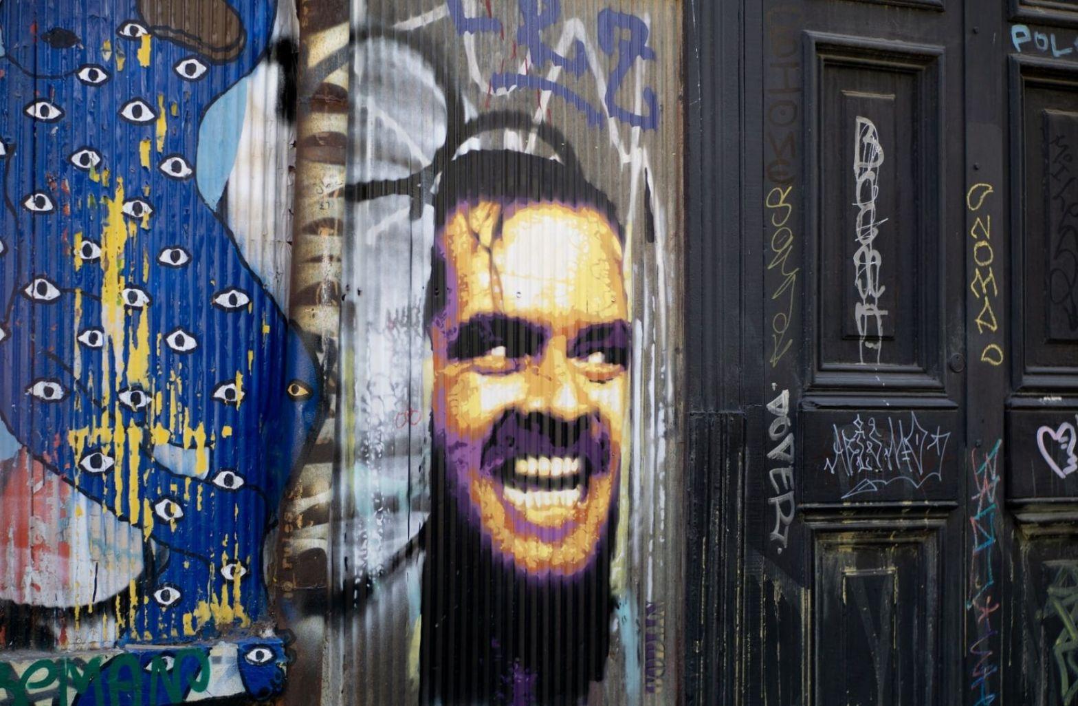 Lockdown als Ausgangspunkt. The Shining street mural graffiti art on a wall in the streets of Valparaiso, Chile. (Foto: Luis Villasmil, Unsplash.com)