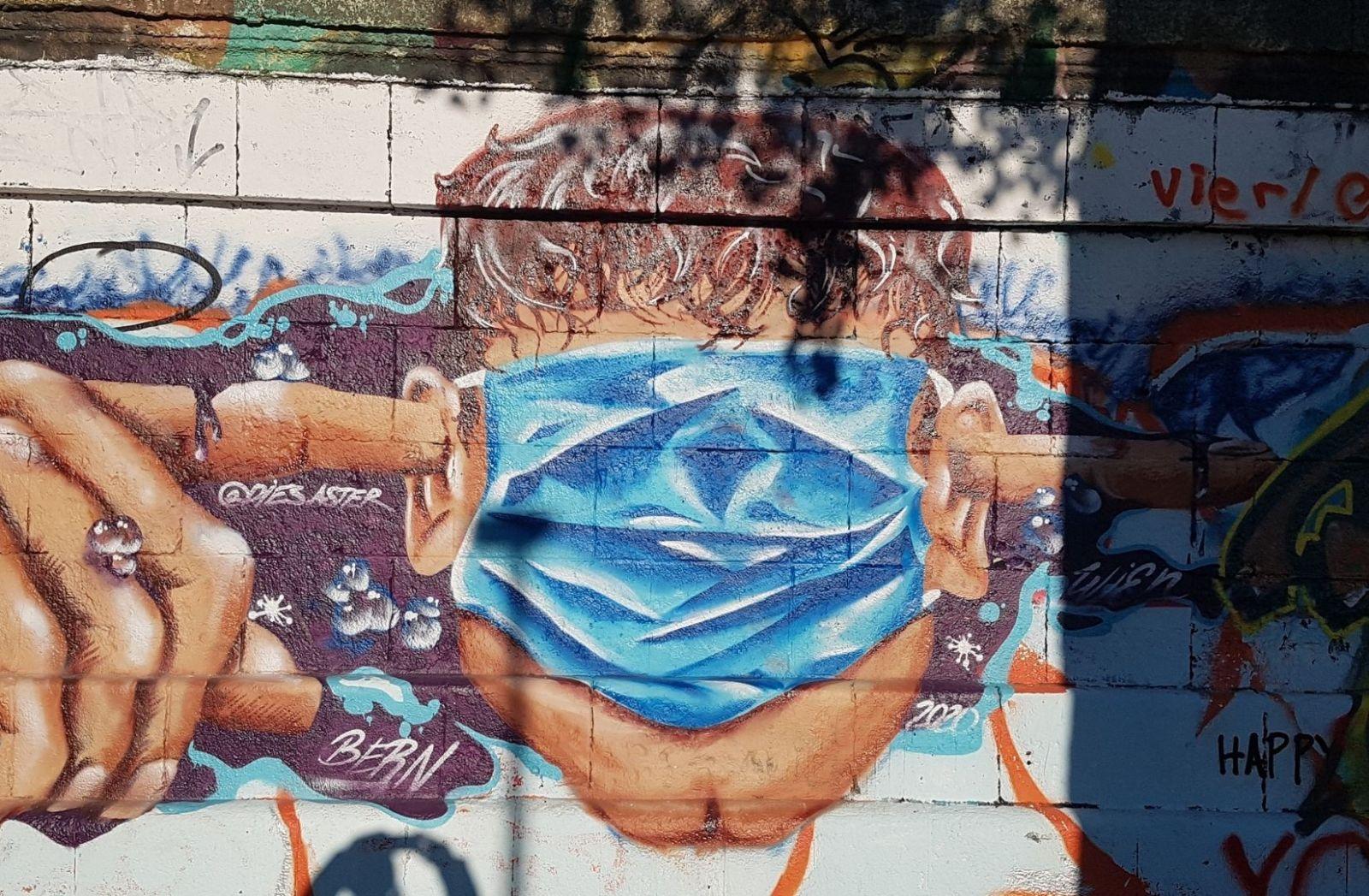Corona-Demo in Wien und eine Wall Art Symbolwert. (Foto: Franco Arshak)
