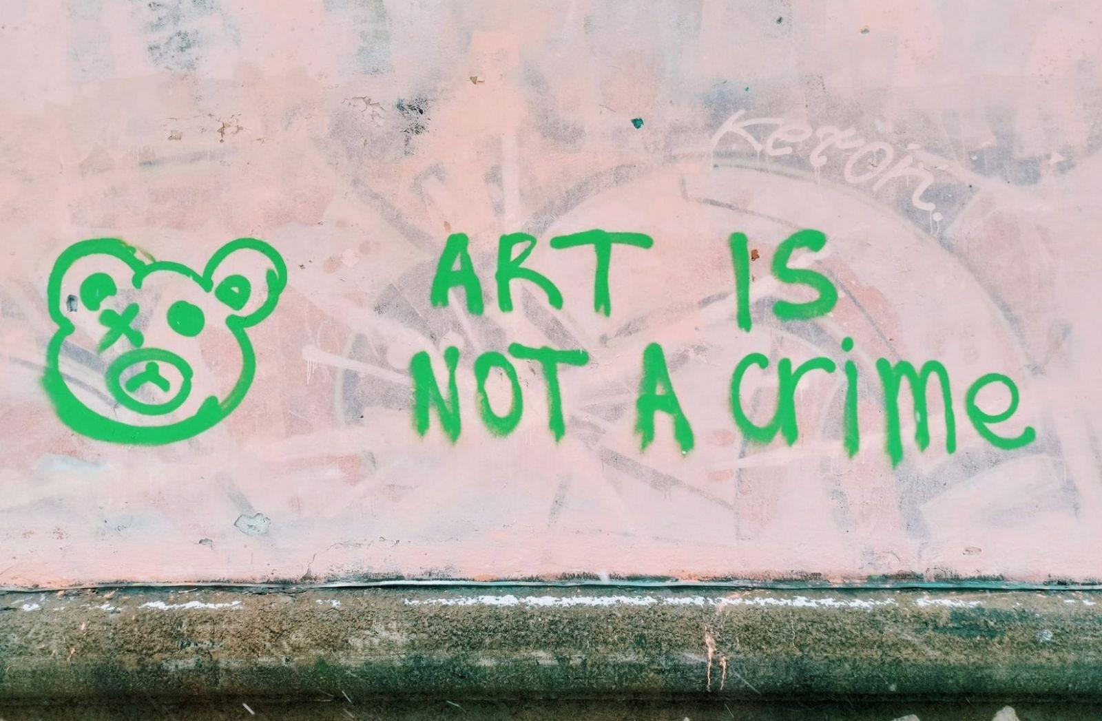 Art is not a crime, Satire über Impfstoffe auch nicht. (Foto: Natalie Dmay, Unsplash.com)