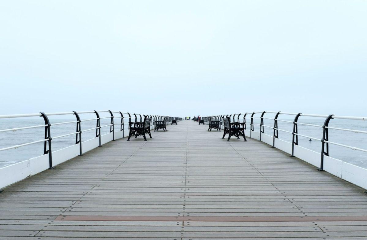Gleichheit durch gleiche Stühle. Saltburn Pier, Saltburn By The Sea, United Kingdom. (Foto: Quaid Lagan.com)