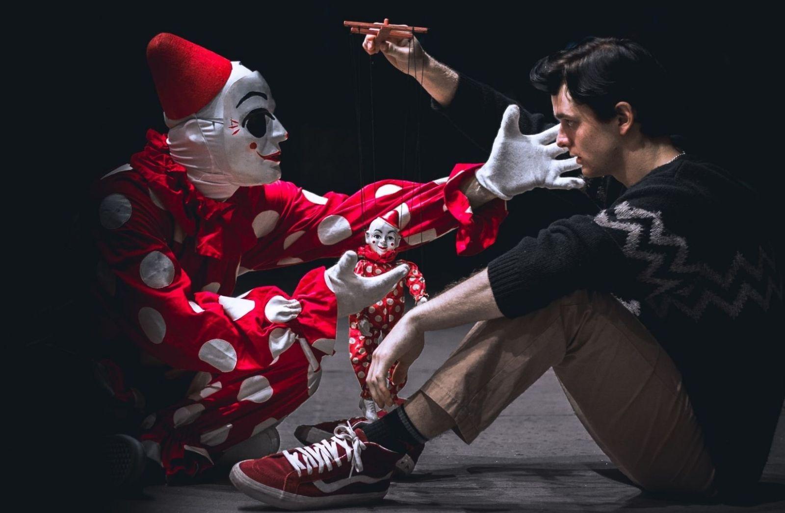 Im Theater finden sich monothematische Navigatoren und Grenzen kaum. (Foto: Gage Walker, Unsplash.com)