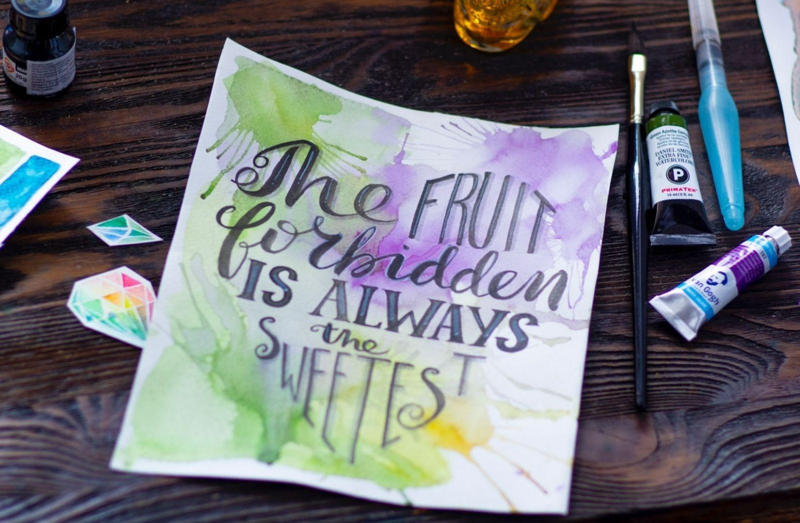 Flo Osrainik kostet die verbotene Frucht. Die verbotene Frucht ist die süßeste. (Foto: Elena Mozhvilo, Unsplash.com)
