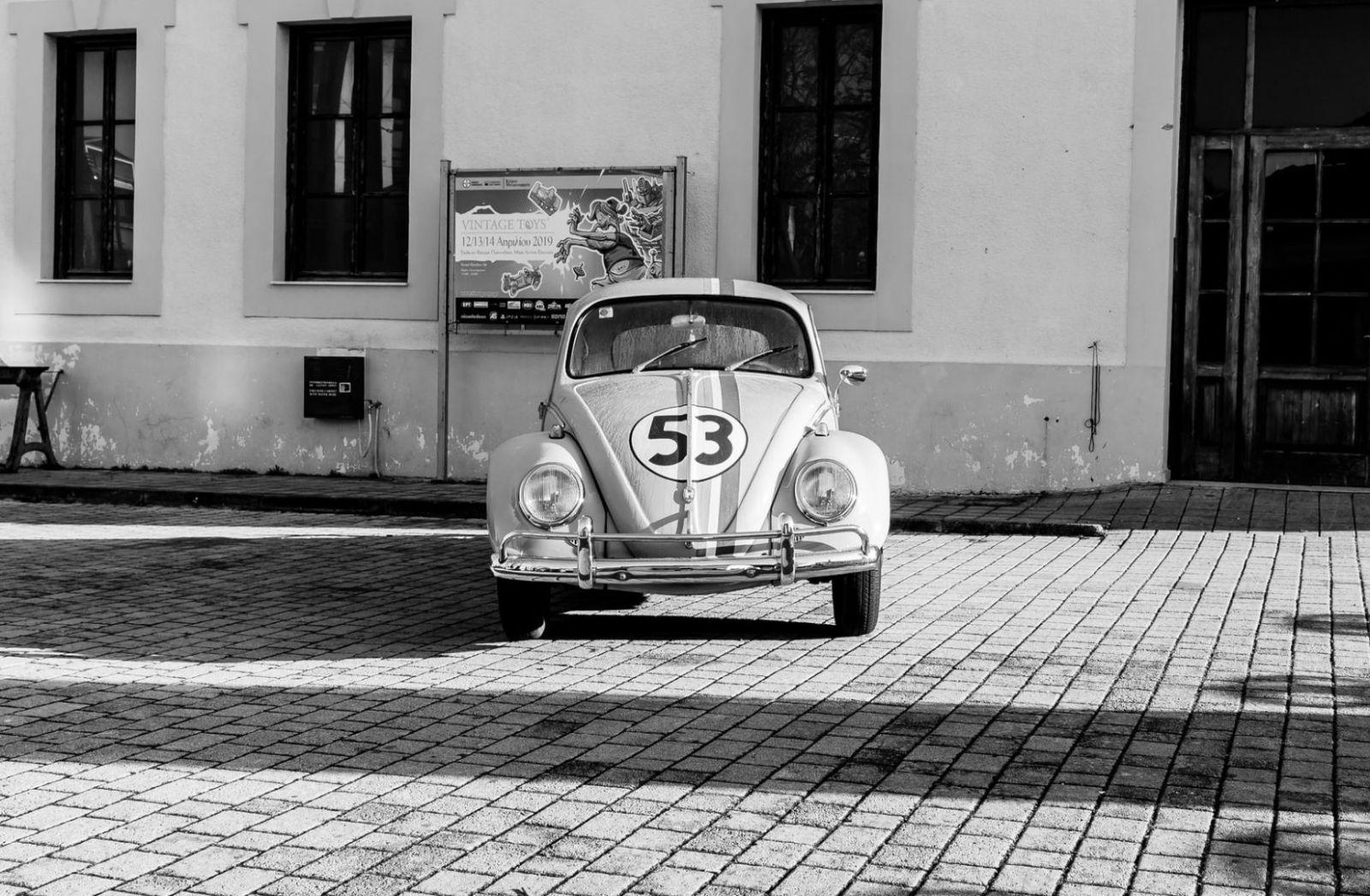Ein VW Käfer mit der Nummer 53 in Athen. (Foto: Peter Schulz, Unsplash.com)