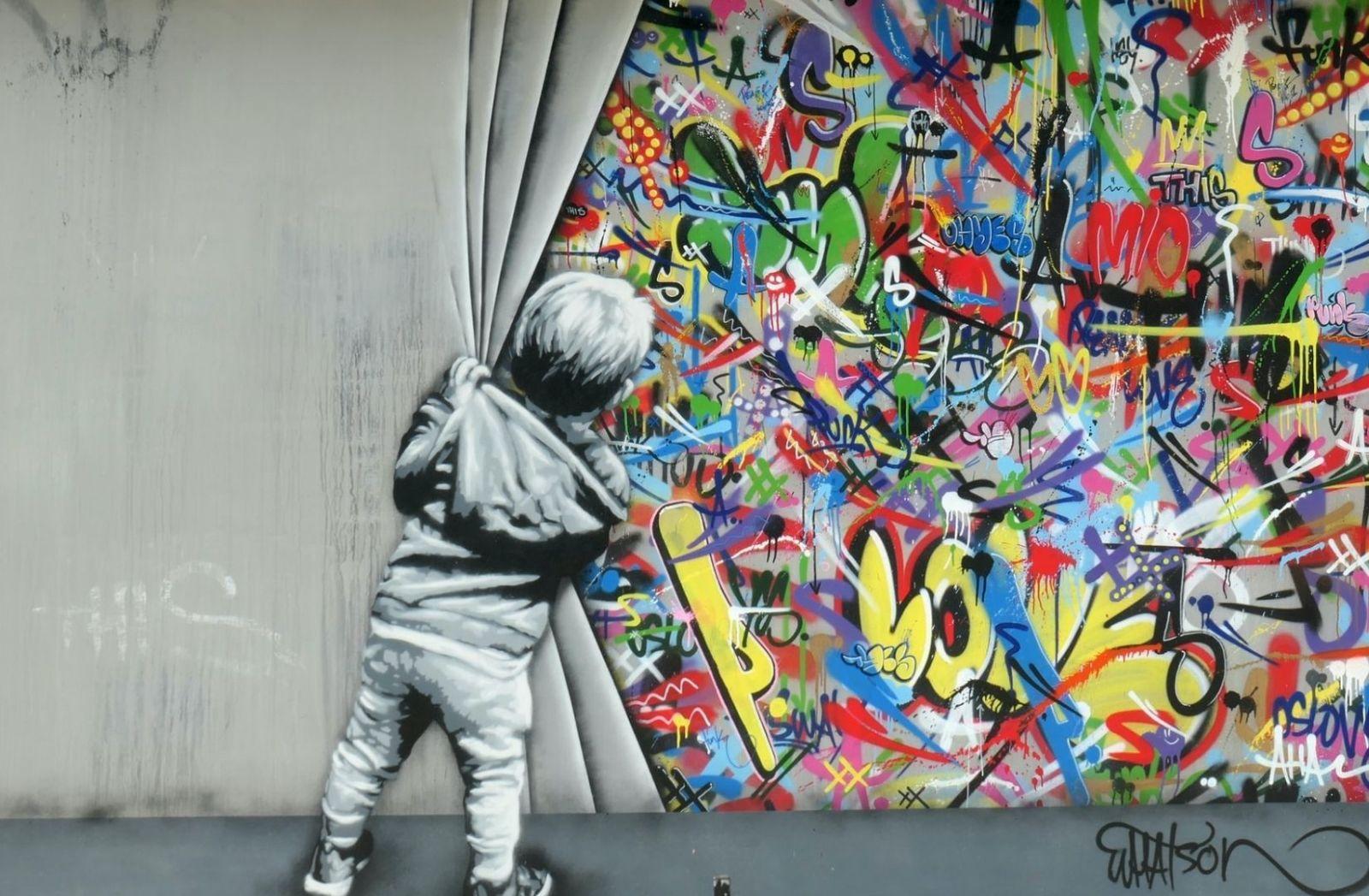 Fototapete mit einem Jungen, der die Vorhänge zurückzieht. (Foto: Ilse Orsel, Unsplash.com)