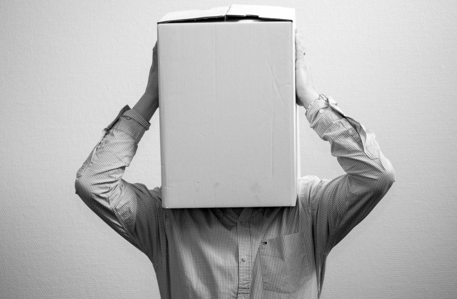 Karton über dem Kopf als Symbol der Krise. (Foto: Ante Hamersmit, Unsplash.com)