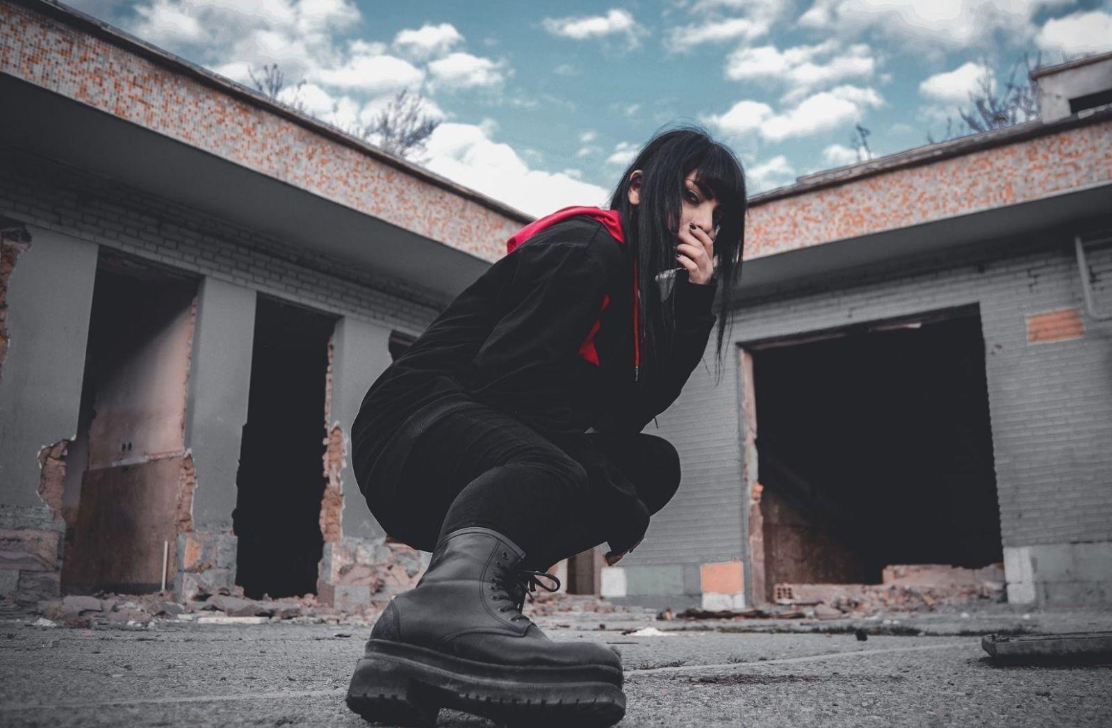 Eine Frau mit Stiefeln in der Sonne. (Foto: Mahbod Akhzami, Unsplash.com)