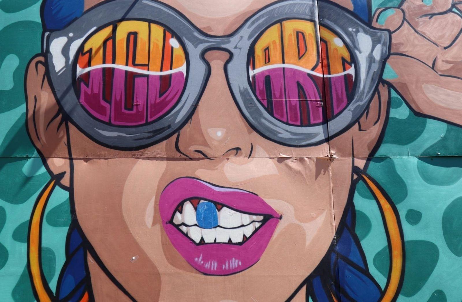 Graffiti Frau in Pink. (Foto: Clark Van Der Beken, Unsplash.com)