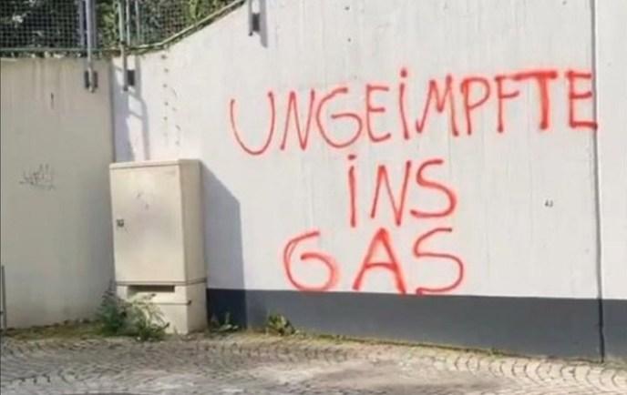 Parole auf einer Betonwand. (Foto: CJ Hopkins)