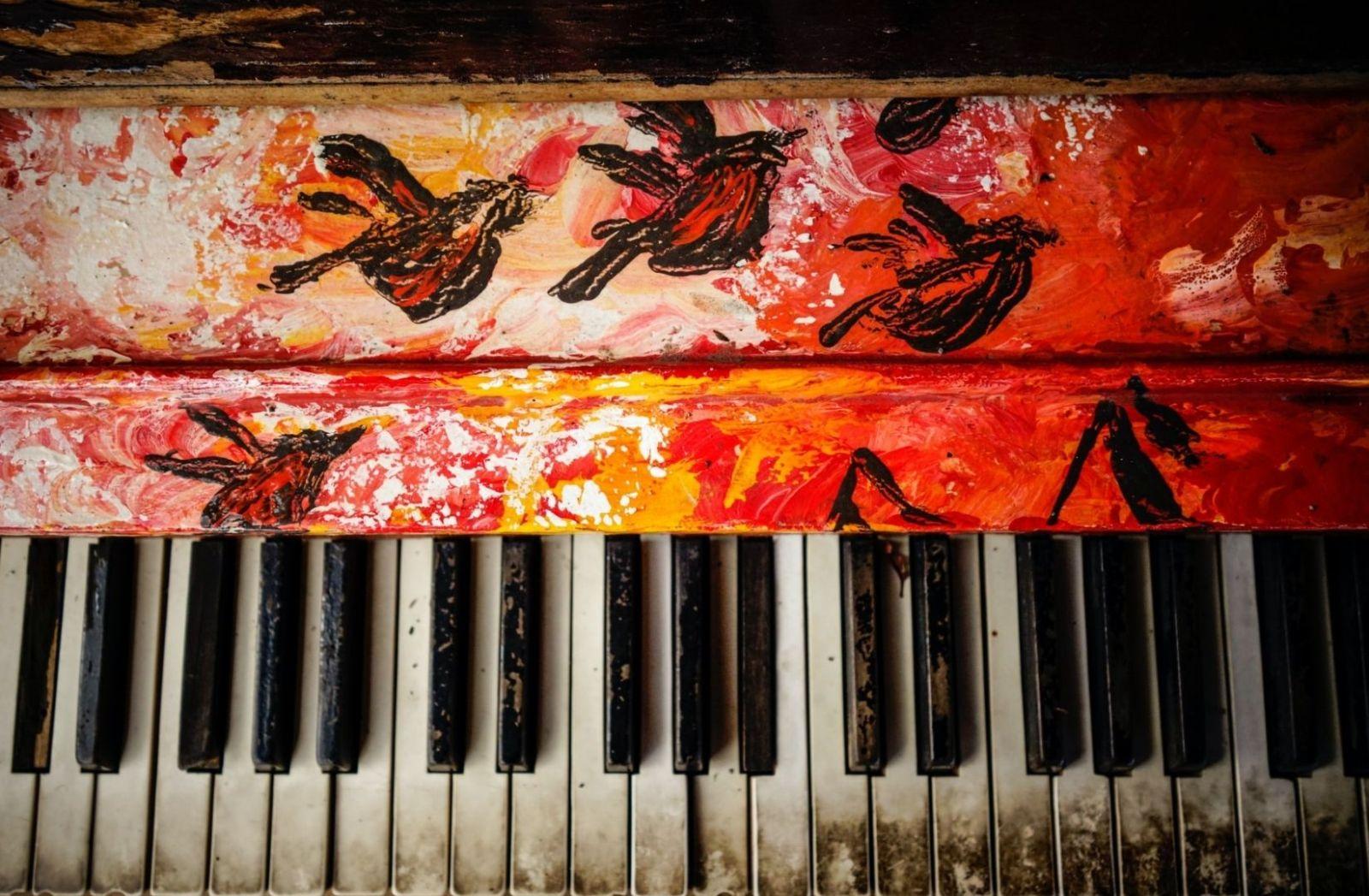 Verschmutztes Klavier mit Bemalung. (Foto: Patrick Hendry, Unsplash.com)