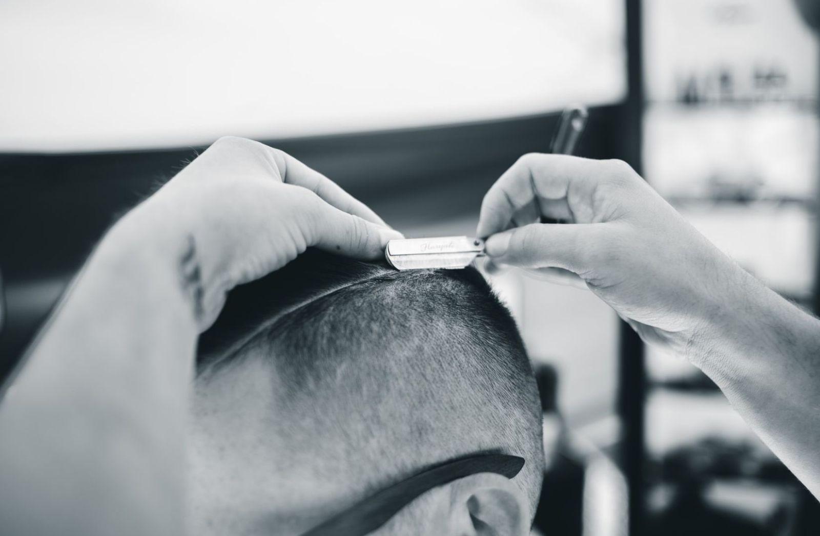 Haarschnitt mit dem Rasiermesser. (Foto: Erik Mclean, Unsplash.com)