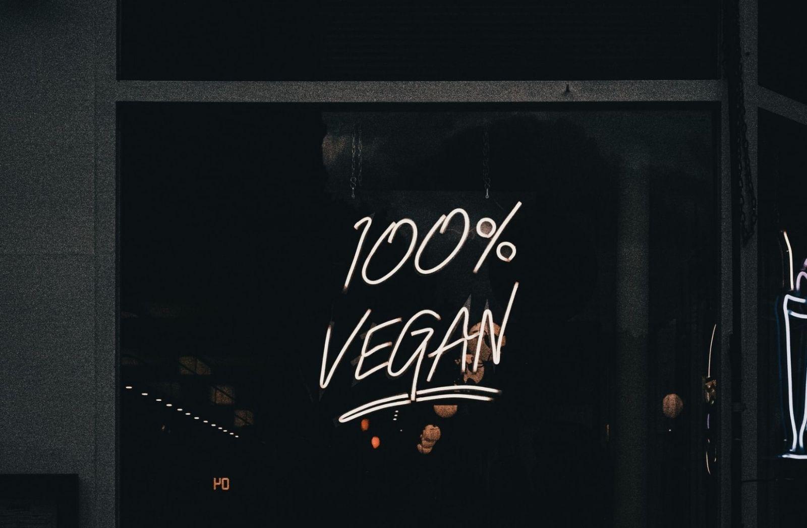 100 Prozent vegan. Aufschrift an einer Scheibe. (Foto: Samuel Regan Asante, Unsplash.com)