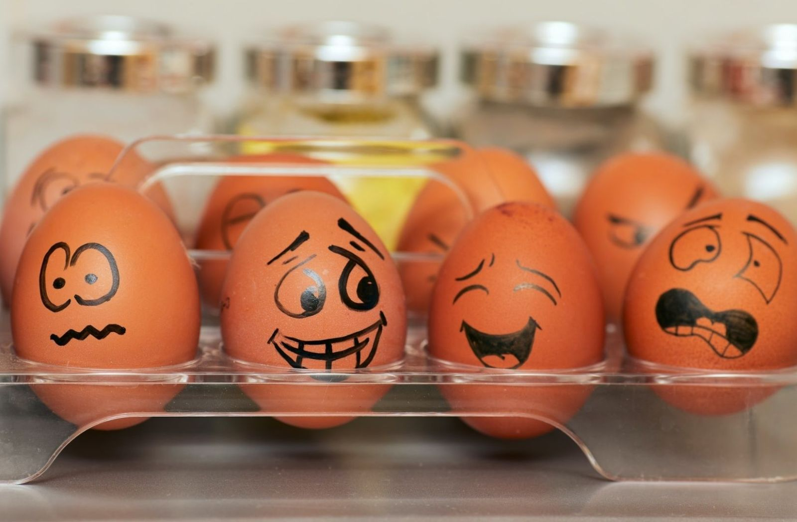 Bemalte Eier im Kühlschrank. (Foto: Tengyart, Unsplash.com)
