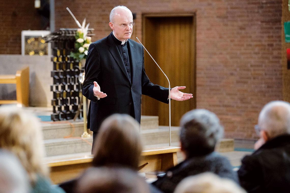"""Bischof Franz-Josef Overbeck hat im Umgang mit einem wegen sexuellen Missbrauchs verurteilten Ruhestandsgeistlichen in der Wattenscheider Gemeinde St. Joseph verheerende Fehler seitens des Bistums Essen eingestanden. """"Das war unverantwortlich"""", sagte Overbeck am Sonntag zu der Frage, wie der Priester A. ab 2002 habe seinen Ruhestand in Wattenscheid verbringen, gegenüber der St.-Joseph-Kirche wohnen und dort auch seelsorgerisch tätig werden können. """"Nur zu sagen, ,Ich schäme mich dafür' ist noch zu wenig"""", so Overbeck."""