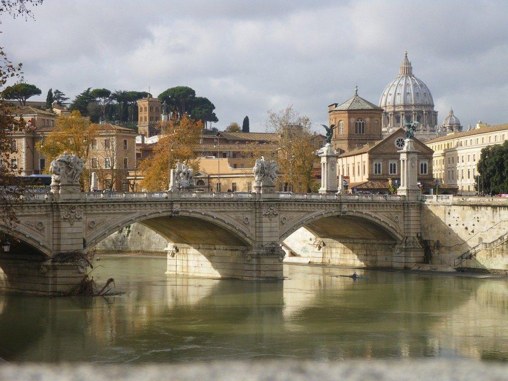 """Rom –Bei ihrer Vollversammlung in Rom haben Italiens katholische Bischöfe den offiziellen Startschuss zu einem synodalen Weg der Kirche des Landes gegeben. Es gehe vor allem darum, das """"kirchliche Wir"""" zu stärken, erklärte der Konferenz-Vorsitzende Kardinal Gualtiero Bassetti zum Abschluss des knapp viertägigen Treffens am Donnerstag in Rom. Ziel des Prozesses ist demnach """"eine glaub- und vertrauenswürdige"""" Präsenz der Kirche bei den Menschen des Landes."""