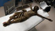 Die Christusfigur aus der Kirche St. Marien in Datteln-Ahsen kurz vor der Untersuchung im Angiographie-Gerät. Foto: LWL
