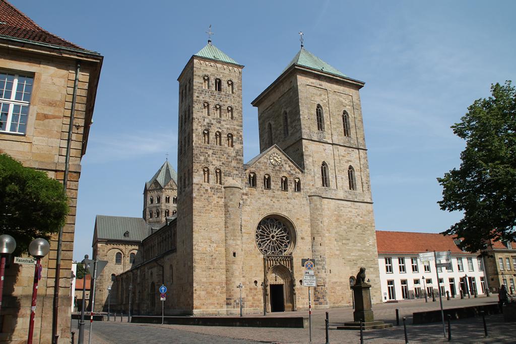 Die Universität Osnabrück erstellt in den kommenden drei Jahren eine unabhängige Studie zu sexualisierter Gewalt im Bistum Osnabrück. In den Blick genommen werden Fälle von 1945 bis heute, wie die Hochschule am Dienstag bekanntgab. Ziel der historisch-juristischen Studie sei es, die verschiedenen Wahrnehmungen von sexualisierter Gewalt vor dem jeweiligen zeitgenössischen Hintergrund zu untersuchen. Zudem würden typische Missbrauchsmuster im kirchlichen Raum und der Umgang mit den Fällen aufgedeckt und bewertet. Erste Zwischenergebnisse - besonders zu Pflichtverletzungen der Bistumsleitung - wollen die Forscher bereits nach einem Jahr vorlegen.