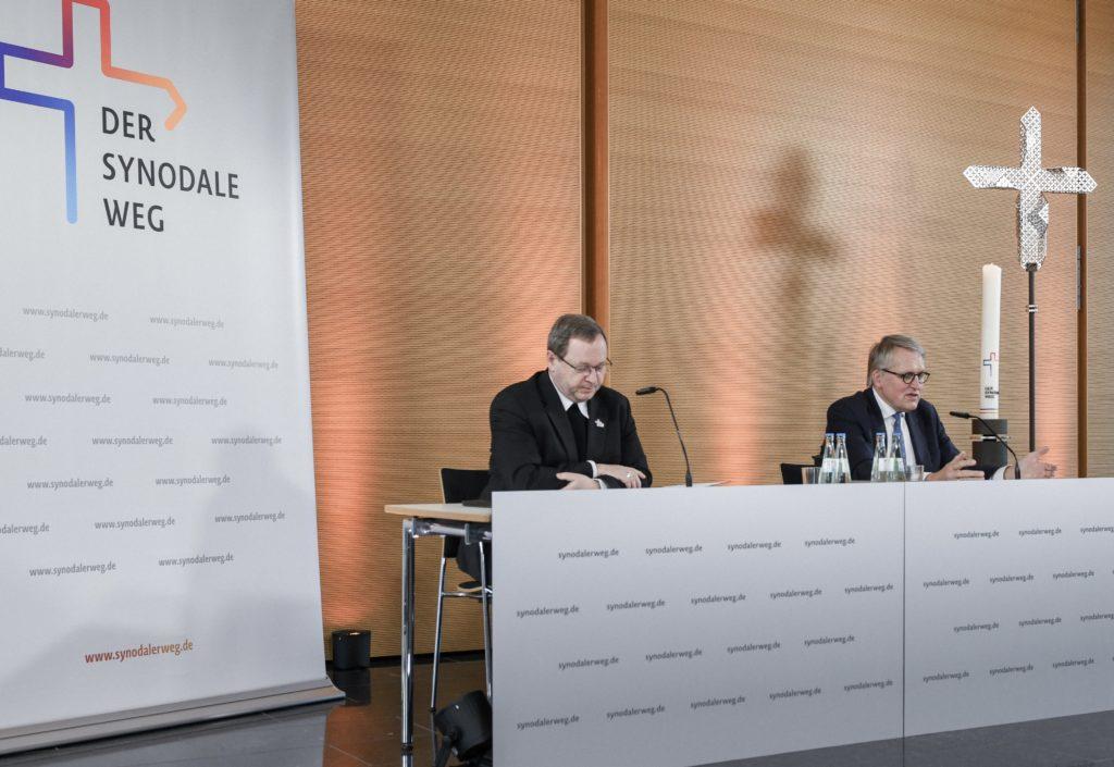 """Bonn (KNA) Der Limburger katholische Bischof Georg Bätzing rechnet im Herbst mit ersten Entscheidungen auf dem Synodalen Weg. Die dann anberaumte Synodalversammlung werde auf jeden Fall stattfinden, sagte Bätzing am Samstag in einem Interview der Katholischen Nachrichten-Agentur (KNA) in Bonn. """"Ob wir das dann digital machen, oder, was uns lieber wäre, als Präsenzveranstaltung, können wir heute natürlich noch nicht überschauen."""", fügte der Vorsitzende der Deutschen Bischofskonferenz hinzu."""