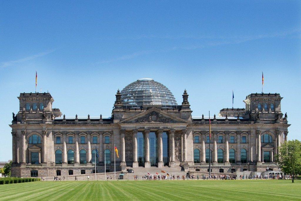 """Der Bundestag hat die Bundesregierung zu mehr Einsatz für Religionsfreiheit aufgefordert. Mit den Stimmen von Union und SPD verlangte das Parlament am Freitag in einem Beschluss unter anderem, sich insbesondere in der Außen-, Sicherheits- und Entwicklungspolitik sowie in der Außenwirtschafts- und Handelspolitik weiter für die Umsetzung und Einhaltung des Menschenrechts auf Religions- und Weltanschauungsfreiheit einzusetzen. Auch solle die Zusammenarbeit mit Religionsgemeinschaften verstärkt werden, """"um ihre friedensstiftenden Potenziale zu fördern und gemeinsam zu nutzen""""."""