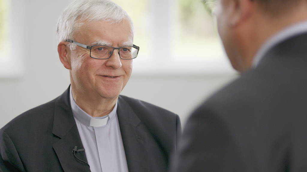 Berlin – Der Berliner Erzbischof Heiner Koch will einen Seelsorger als Ansprechperson für homosexuelle Menschen benennen. Dies sei wichtig, um Ausgrenzung und Diskriminierung von queeren Menschen in der Kirche angstfrei ansprechen zu können, betonte Koch am Montag in einem Gespräch mit Vertretern des Lesben- und Schwulenverbands Berlin-Brandenburg (LSVD), wie das Erzbistum Berlin anschließend mitteilte. Dabei sagte der Erzbischof, dass er die doppelte Ausgrenzung von katholischen homosexuellen Menschen - in der katholischen Gemeinde sowie in der homosexuellen Community - als problematisch und schmerzhaft wahrnehme.