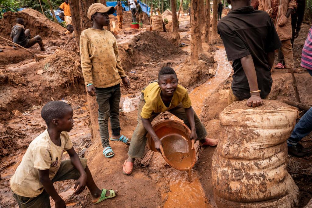 Köln –Weltweit ist die Zahl der Kinder in Kinderarbeit nach einem neuen Bericht auf 160 Millionen gestiegen. Dies bedeute eine Zunahme um 8,4 Millionen Kinder in den vergangenen vier Jahren, wie das UN-Kinderhilfswerk Unicef am Donnerstag in Köln mitteilte. Nach dem Bericht von Unicef und der Internationalen Arbeitsorganisation (ILO) sind Millionen weitere Kinder durch die Auswirkungen der Corona-Pandemie von Kinderarbeit bedroht.