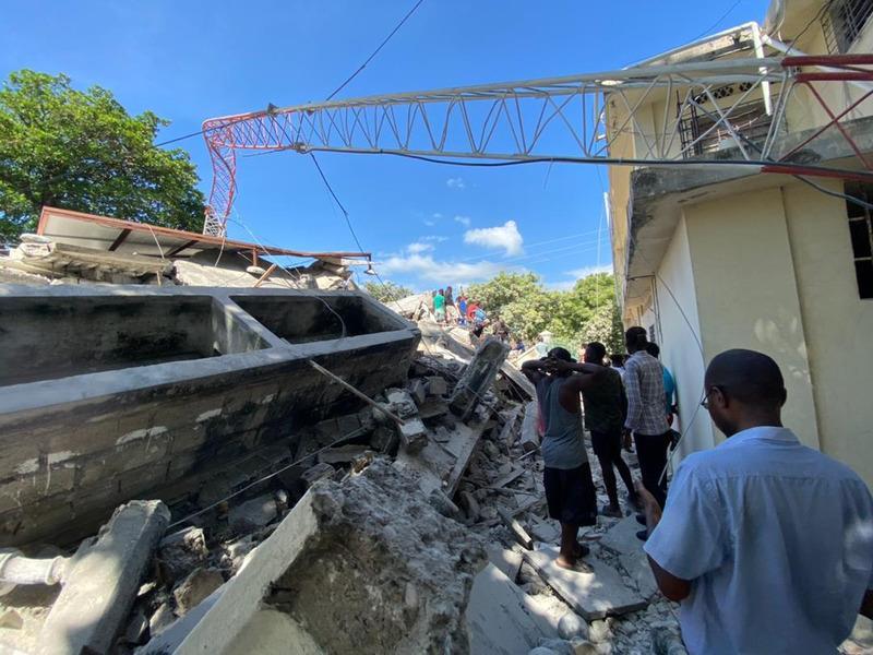 Port-au-Prince –Die Zahl der Todesopfer nach dem schweren Erdbeben in Haiti ist laut offiziellen Angaben auf inzwischen 1.419 gestiegen. Das teilte die Katastrophenschutzbehörde des Karibikstaates am Montag (Ortszeit) mit. Mindestens 5.700 Menschen wurden verletzt. Experten vor Ort rechnen damit, dass sich die Zahl der Opfer noch weiter erhöhen wird. Die Krankenhäuser in der besonders betroffenen Stadt Les Cayes seien überfüllt.