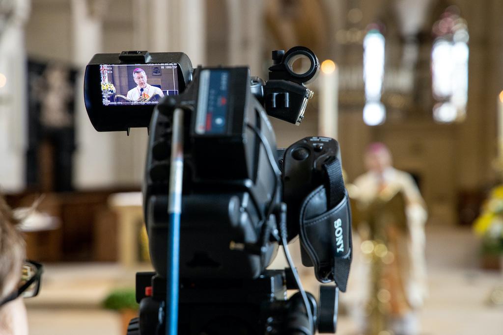 """Münster –Eine Gottesdienst-Expertin im Bistum Münster sieht keinen Bedarf an Streaming-Angeboten aus allen Pfarreien der Diözese. """"Digitale und virtuelle Kommunikationsformen stellen eine Ergänzung und Bereicherung da, können aber das vor Ort Erlebte nicht vollständig ersetzen"""", erklärte Nicole Stockhoff von der Fachstelle Gottesdienste laut einer Mitteilung des Bistums von Freitag. Es gelte, die Präsenzgottesdienste neu zu stärken und qualitätsvolle Feiern abzuhalten."""