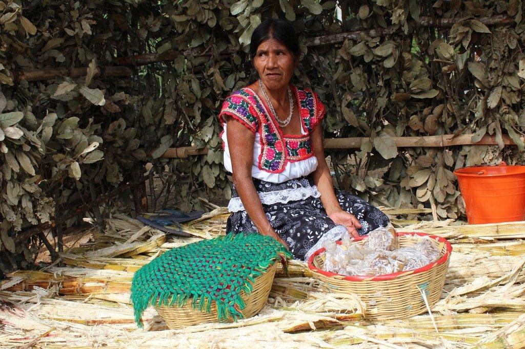 """Mexiko-Stadt -Die Armut in Mexiko ist laut einem Bericht der Tageszeitung """"Reforma"""" (Samstag Ortszeit) im Zeitraum 2018 bis 2020 deutlich angestiegen. Lebten im Jahr 2018 noch 51,9 Millionen Mexikaner in Armut, waren es zwei Jahre später 55,7 Millionen. Das entspricht einem Anstieg von 7,3 Prozent. Noch deutlicher ist der Anstieg der extremen Armut, hier stieg die Zahl der betroffenen Menschen von 8,7 Millionen (2018) auf 10,8 Millionen (2020), was einer Steigerung um 24,1 Prozent entspricht."""