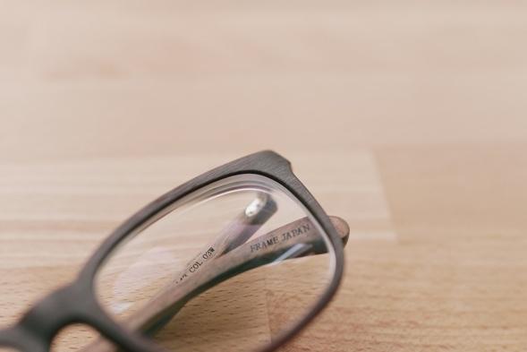 Der durchlässige Plastikrahmen verstärkt die Illusion von Holz. Foto: Andrew Kim