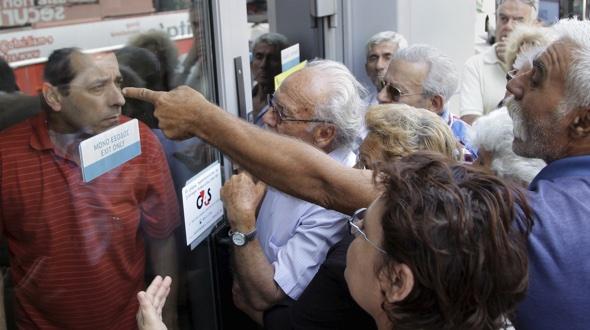 Rentner vor einer National Bank Branche. Foto: Reuters:Stefanos Rapanis