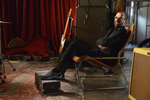 Ringo entspannt am Set der Skechers Werbung