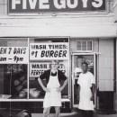 Five Guys kommt einher als wie das berühmte Katz Deli auf New Yorks Houston Street (ein Paar Schritte von meiner einstigen Notwohnung entfernt) mit Referenzen von Authoritäten wie der Waschington Post und NYTimes.