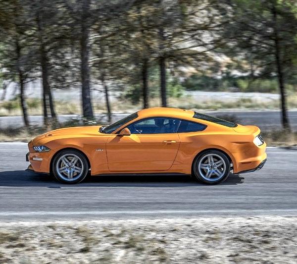 Ford Mustangs in diversen Knallbonbon-Farben gibt es oft auch zu sehen auf der Dachauer Landstraße oder der Pelkovenstraße.