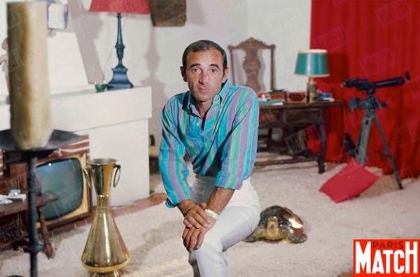 Charles Aznavour dans sa main de Saint-Tropez en juin 1964 Jack Garofalo/PARISMATCH