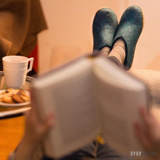 glerups Pantoffeln beim lesen quadratisch