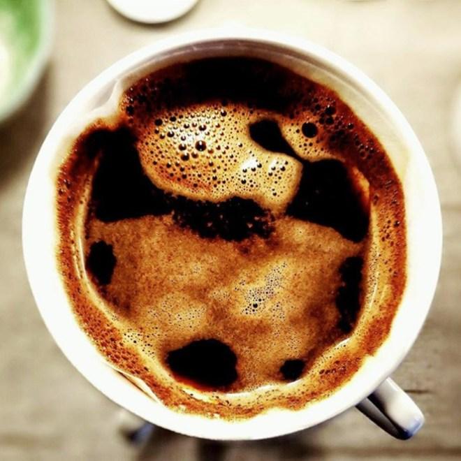 Zubereitung von Kaffee im Handfilter mit Wasserstrahl