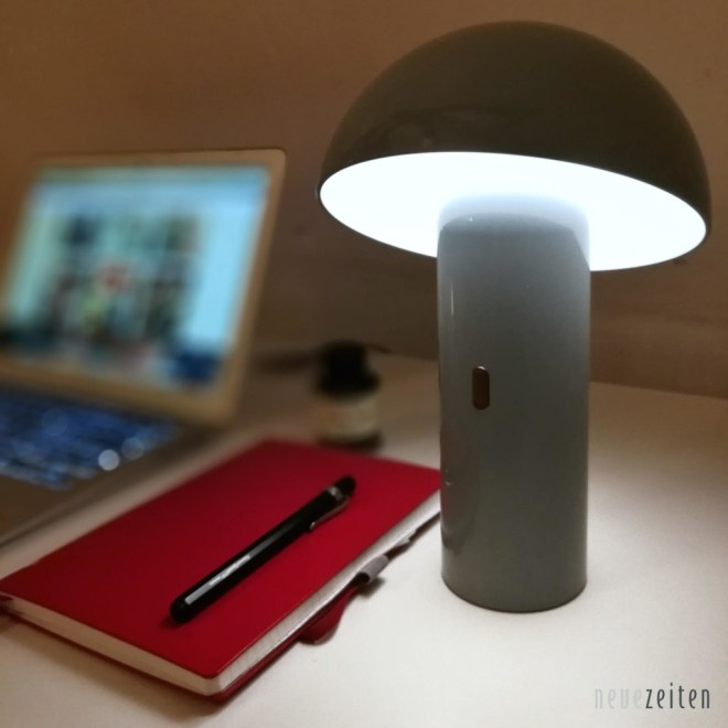 Produktbild - LED Tischleuchte Sompex Svamp - vor einem Notizblock