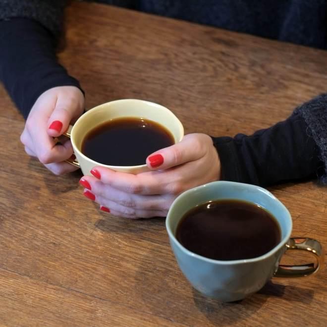 Beitragsbild - leckerer Kaffee in einer Tasse mit goldenem Henkel