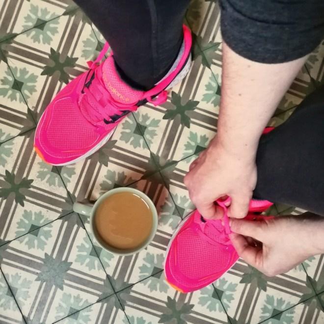 Beitragsbild - Kaffee und Sport - Kaffeetasse und Laufschuhe