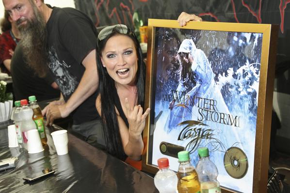 Tarja mit ihrer Goldenen Schallplatte für das Album