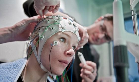 Preparación de un registro EEG como en el estudio. Crédito: University of Bern / Adrian Moser.