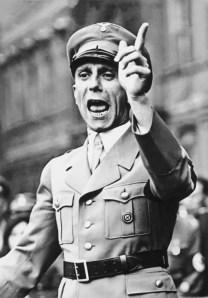 Bundesarchiv_Bild_102-17049,_Joseph_Goebbels_spricht wikimedia